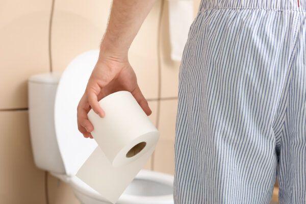 Mann vor einem WC als Symbolbild für Prostata-Vorsorge